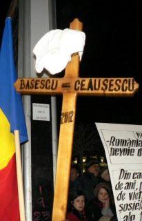 Crucea de lemn - Basescu - Ceausescu