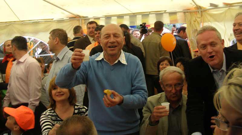 Basescu cu paharul in mana